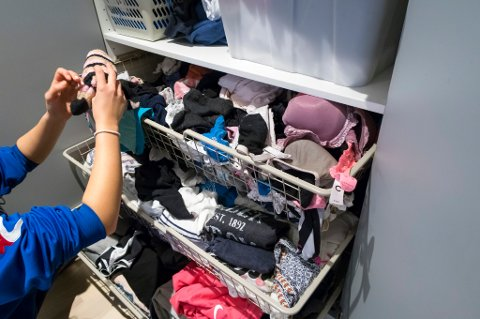 Én av fire kaster sokken om den mangler partneren sin, mens omtrent 70 prosent gjør det samme med ødelagte klær, viser fersk undersøkelse.