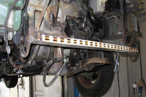 En stang fra et gammelt klesstativ sveises inn for å reparere rammen på en bil.