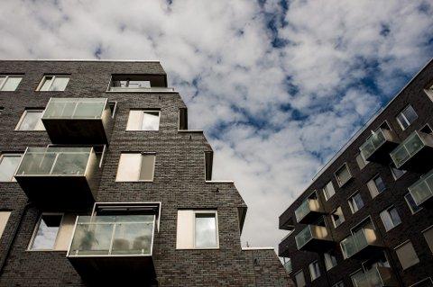 Regjeringen vurderer tiltak mot den økende boliggjelden i Norge.