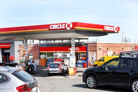 Å gå fra bilen på tomgang, for eksempel utenfor en bensinstasjon, er omtrent som å be om å få den stjålet.