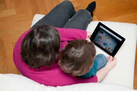 Norske foreldre er flinkere enn både svenske og danske foreldre til å beskytte sine barn mot nettfarer.