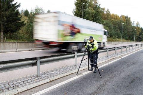 Norsk Lastebileier-Forbund (NLF) vil at barn skal begynne å vinke til lastebilene for å øke trafikksikkerheten.