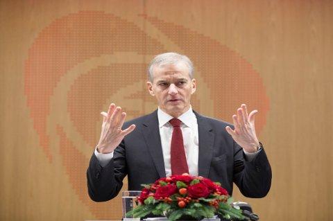 Partiene som sørget for flertall for forslaget om ekstra etterlønn for tidligere stortingsrepresentanter, har ombestemte seg. – Det gikk for fort i svingene, vedgår Jonas Gahr Støre (Ap).