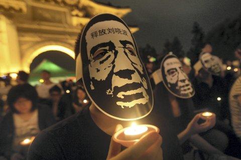 Den kinesiske menneskerettighetsaktivisten Liu Xiabo sitter fortsatt i fengsel etter at han vant Nobels fredspris i 2010. Prisen forsuret forholdet mellom Norge og Kina, og det har ikke vært politisk kontakt siden prisen ble delt ut. Nå er forholdet igjen normalisert etter lange forhandlinger.
