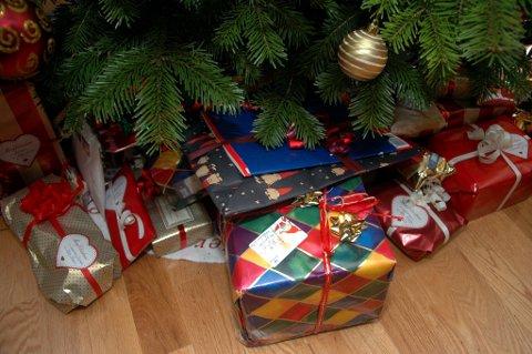 Importen av en del julevarer i månedene før jul har gått ned i år sammenlignet med fjoråret. Men pakker under treet blir det nok likevel.