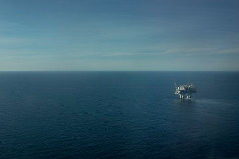 Skogen Lund er overbevist om at vi kommer til å produsere olje, og særlig mye gass, i mange år framover. Her fra Troll A-feltet.