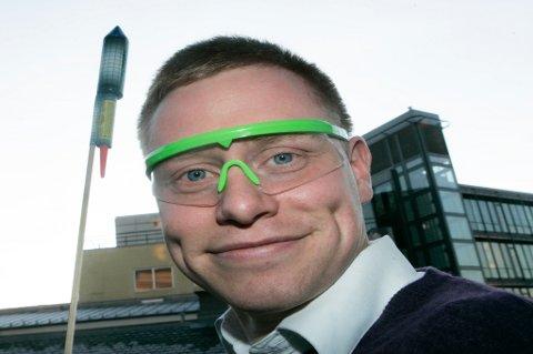 OSLO 20061227: Alle som kjøper fyrverkeri i år, får ett par gratis vernebriller, og muligheten til å kjøpe flere par for ti kroner stykket. Dette gir håp om færre skader når rakettene skytes opp nyttårsaften. I alt regner bransjen med å dele ut 700.000 gratis beskyttelsesbriller. Foto: Morten Holm  / SCANPIX .