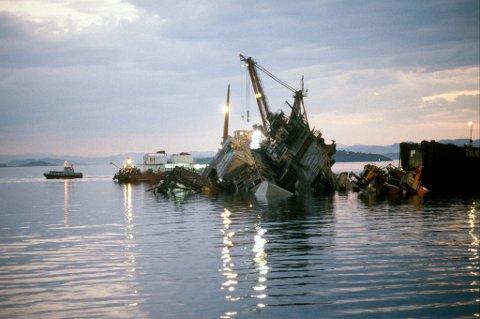 I november 1983 ble Alexander Kielland-plattformen snudd for undersøkelser og deretter senket med 50 kilo sprengstoff. To tidligere snuoperasjoner var mislykket.