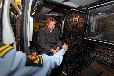 En sivilt politiansatt mann fikk 15.000 kr i bot for å sove i tjenesten.