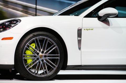 Luksussuver med batteri i den tyngste og største klassen fra blant andre Porsche, Mercedes, BMW og Volvo vil bli dyrere.