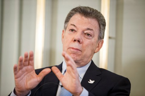 Fredsprisvinner Juan Manuel Santos under den offisielle pressekonferansen på Nobelinstituttet fredag.