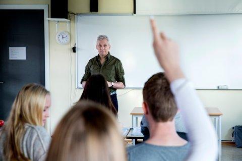 OSLO  20141030. Tenåringer.  Lærer og elever i klasserom. Undervisning pågår. Konsentrert. Lærer underviser. Rekker opp hånda.  Foto: Berit Roald / NTB scanpix NB! MODELLKLARERT