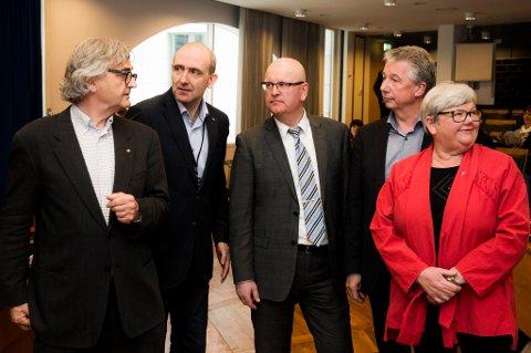 OSLO  20160412. F.v.: Petter Aaslestad (Unio stat), Anders Kvam (Akademikerne), statens personaldirektør Gisle Norheim, Pål Arnesen (YS Stat) og Tone Rønoldtangen (LO Stat) i det  lønnsoppgjøret for ansatte i offentlig sektor starter.  For ansatte i staten er det fire hovedsammenslutninger som forhandler med Kommunal- og moderniseringsdepartementet. De fire er LO Stat, YS Stats, Unio og Akademikerne, som møter statens personaldirektør Gisle Norheim i forhandlingene. Partene møtes i R5, Kommunal og moderniseringsdepartementet (Oslo). Frist for partene til å bli enige i årets oppgjør er lørdag 30. april klokken 24.00.     Foto: Berit Roald / NTB scanpix