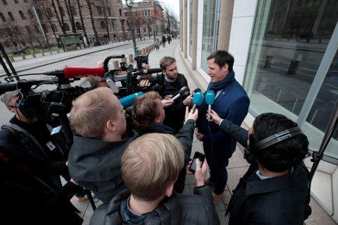 Idrettspresident Tom Tvedt forlater Kulturdepartementet etter et møte med kulturministeren.