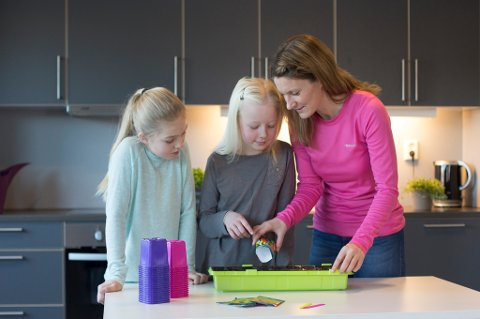 Gartner Veronika Nauf Steinsholt, Hannah T. Bergan og Annemarte Steinsholt sår frø.