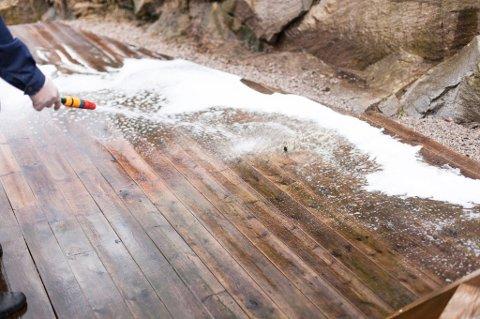 Bruk hageslangen til å skylle vekk rengjøringsmiddelet. Skyll nøye og bruk mye vann.