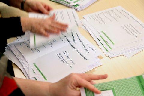 Det telles opp stemmer etter valget om kommunesammenslåing. Mange kommuner sier nei.