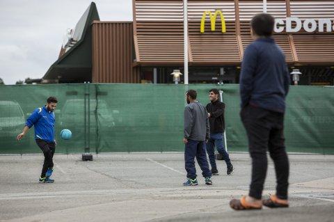 Råde  20151028. En gjeng spiller fotball utenfor mottakssenteret for flyktninger og immigranter i Råde. Nærmeste nabo til senteret er McDonalds. Foto: Tore Meek / NTB scanpix
