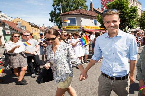 KrF-leder Knut Arild Hareide sammen med kona Lisa under sommerens Oslo Pride-parade.