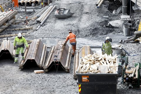 Statlige etater jobber iherdig med å bekjempe brudd på lønns- og arbeidsvilkår i bygg- og anleggsbransjen .