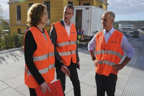 Jan Tore Sanner (H) sammen med prosjektleder Jorunn Dyrset Røe og administrerende direktør Ståle Rød i Skanska.
