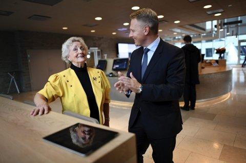 Konserndirektør Trond Bentestuen i DNB har hjulpet Berit Bergersen (80) ut av den digitale isolasjonen.