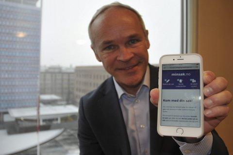 Kommunalminister Jan Tore Sanner (H) med det nye og brukervennlige designet på minsak.no.