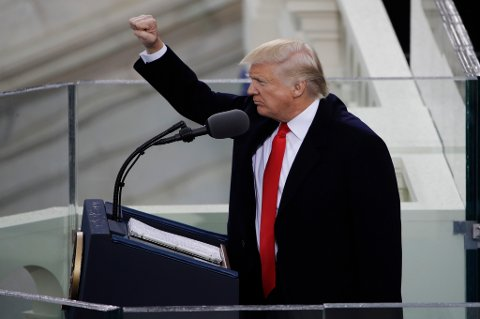 Donald Trump avlsuttet talen fredag ved å hilse med knyttet neve.