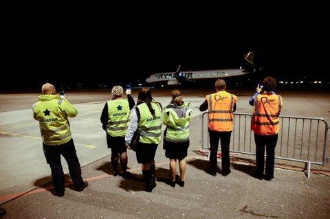 Langtidsledigheten øker i Norge. Her ser vi bakkemannskaper på Rygge lufthavn ta avskjed med det aller siste flyet på flyplassen i fjor høst.