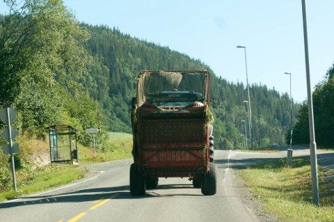 Snaut halvparten av bøndene bruker alltid eller som regel bilbelte når de kjører traktor på vei, viser ny undersøkelse.