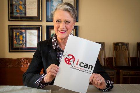 Berit Reiss-Andersen, leder av Nobelkomiteen, med logoen til Den internasjonale kampanjen for forbud mot atomvåpen, ICAN, som er vinner av årets fredspris.