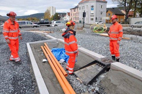 Tore Braaten (t.v.), Kirstine Laukli og Thomas Holst er spente på hvordan oppfinnelsen fungerer når veien åpner om et drøyt år.