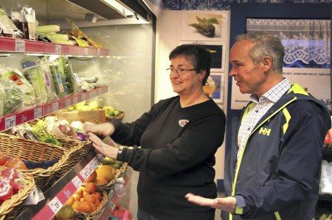Jolanda Tervoort, som driver Batalden Landhandel på Fanøy i Flora kommune, i samtale med kommunal- og moderniseringsminister Jan Tore Sanner (H).