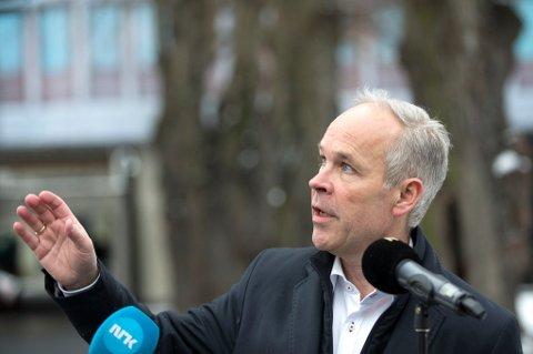 Kommunalminister Jan Tore Sanner får hard kritikk av Riksrevisjonen.