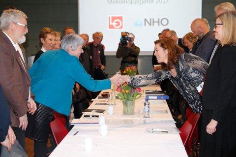 LOs leder Gerd Kristiansen (t.v.) og NHOs administrerende direktør Kristin Skogen Lund innledet årets lønnsforhandlinger mandag.