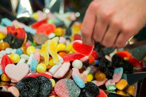 Målet er at andelen som spiser søtsaker fem dager i uka, skal halveres i løpet av fire år.