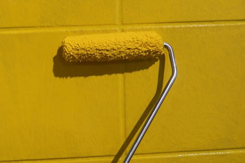 Å male flisene er en enkel måte å få et helt nytt uttrykk på badet på, uten at det koster skjorta.