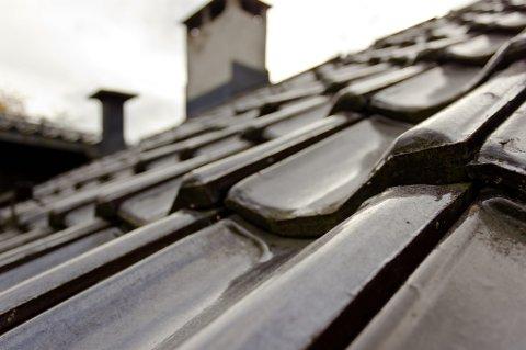 Sjekk taket for skader, og utbedre dersom det er nødvendig.