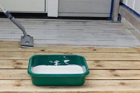 Beisen påføres med en malepad som er montert på justerbart forlengerskaft. Paden gjør at beisen ikke spruter, og legges på i et jevnt strøk.