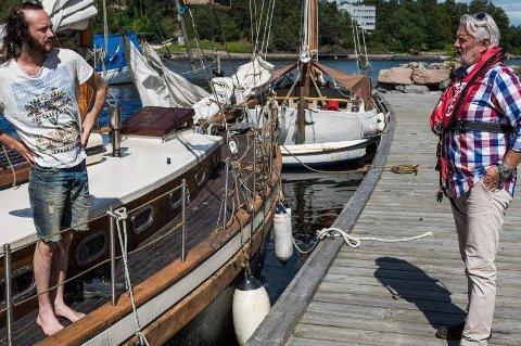 Eivind Westhagen (t.v.) bor i en nær 100 år gammel Colin Archer-skøyte. Selv om han ikke er i målgruppen for forslaget om sertifikat for de raskeste båtene og vannscooterne, har han opplevd mye uvettig kjøring på sjøen. Derfor støtter han Redningsselskapets Frode Pedersen i at mer opplæring må til.
