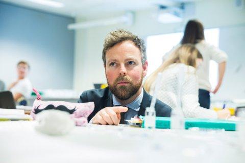 Kunnskapsminister Torbjørn Røe Isaksen vurderer å legge eksamen før 17. mai. Ikke alle synes det er en god idé.