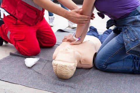 Røde Kors mener flere bør ta et kurs for å friske opp kunnskapene om førstehjelp.