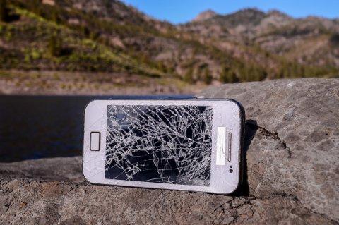 En knust mobil mot et svaberg er ikke noe uvanlig syn i disse dager.