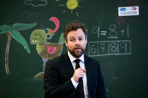 Kunnskapsminister Torbjørn Røe Isaksen slår politisk mynt på at Ap vil beholde dagens ordning med nasjonale prøver i skolen.