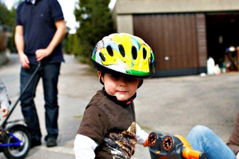 Mange voksne bruker hjelm kun når de sykler sammen med barna.