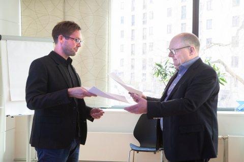 Clas Delp (t.h.) i Fellesforbundet og Jostein Hansen i NHO Reiseliv vil den nye forskriftsendringen fra Arbeids- og sosialdepartementet til livs.