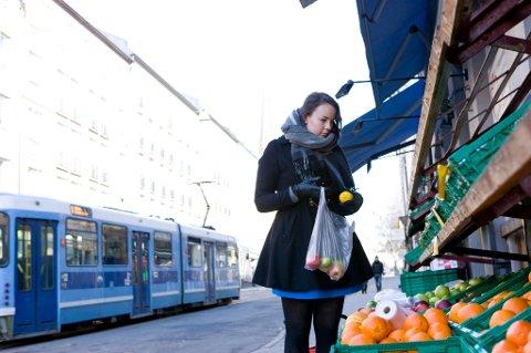Studenter bruker kredittkortet for blant annet å kjøpe inn mat. Norsk studentorganisasjon mener studiestøtten må økes.