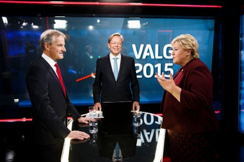 Arill Riise (i midten) skal lede statsministerdebatten mellom Erna Solberg og Jonas Gahr Støre på TV 2 mandag. Her fra en duell før valget i 2015.