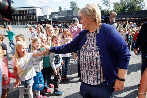 – Vi vil at forståelse for koding og teknologi skal inn i læreplanene allerede fra barneskolen, sier statsminister Erna Solberg (H).