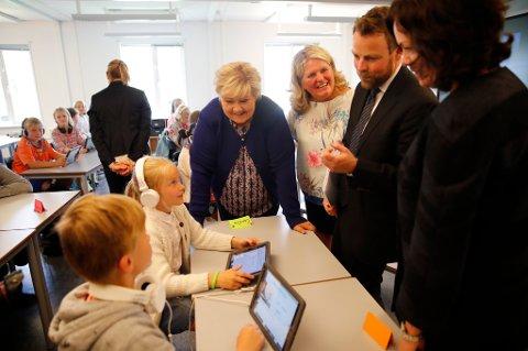 Statsminister Erna Solberg og kunnskapsminister Torbjørn Røe Isaksen legger fram en ny digital strategi for norsk skole.